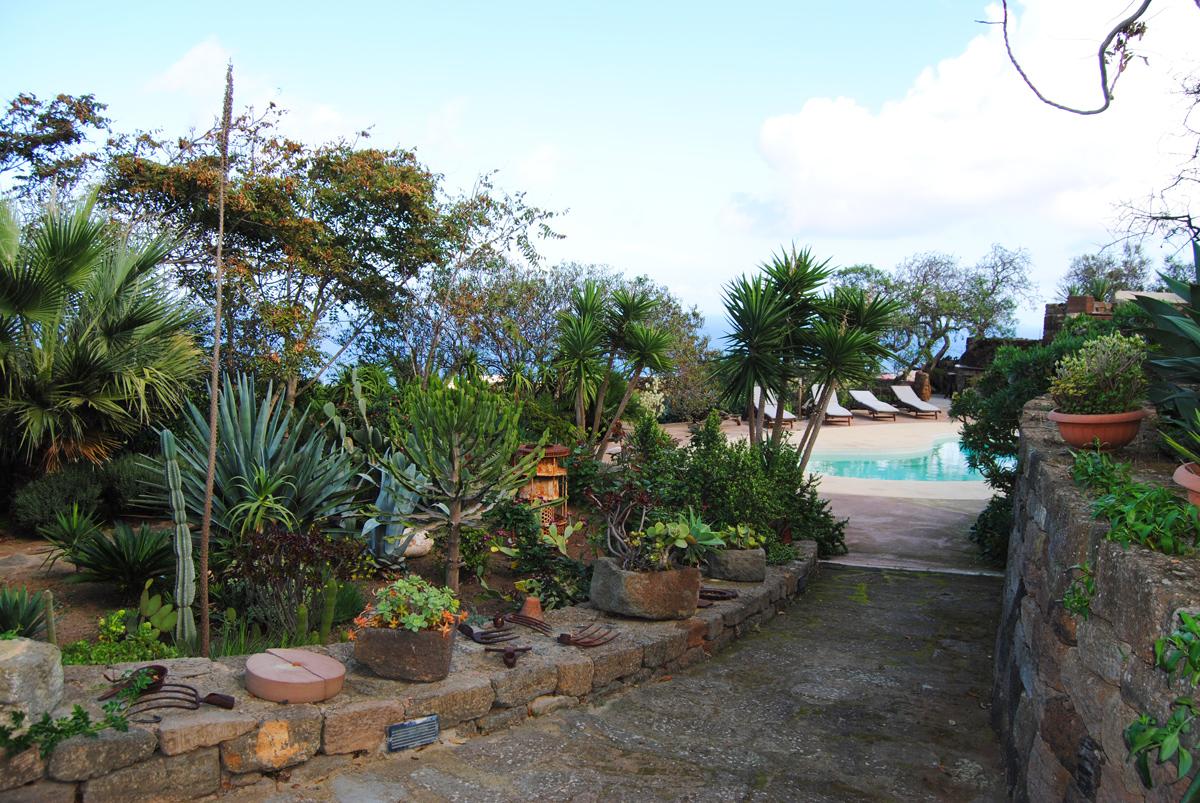 Dammuso-Nostromo-Pantelleria-Esterno-Viale-Piscina-Relax-Estate